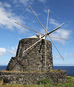Azoren: typische windmolens in Corvo